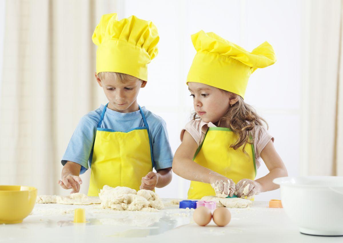 Картинки по запросу картинка дети готовят