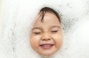 Ребенок с намыленной головой