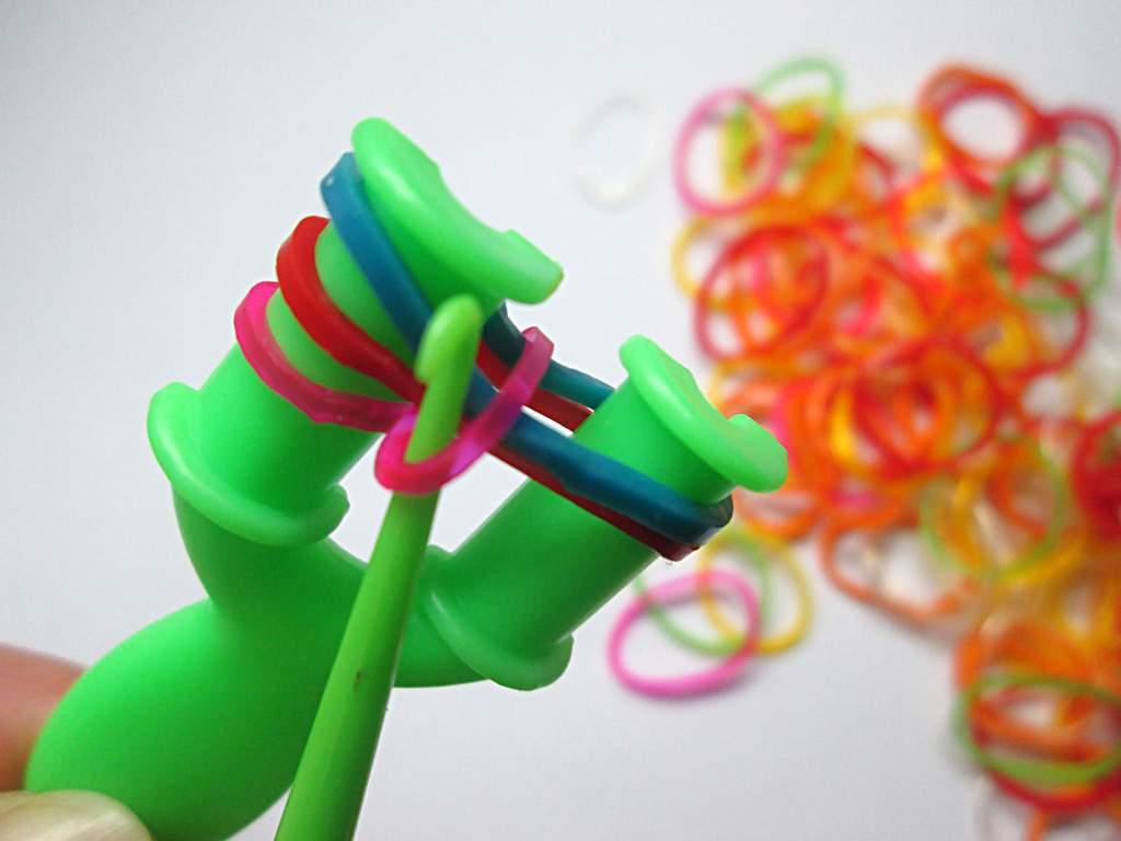 Плетение резиночками на рогатке фото