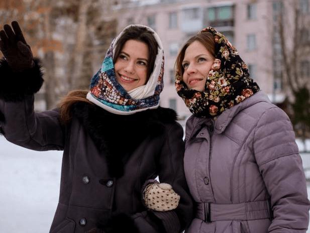 Как носить шарф-снуд на голове