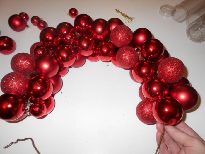 Новогодний венок из елочных шаров 5