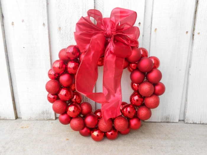 Красный новогодний венок из елочных шаров