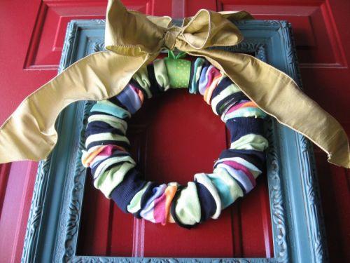 Оригинальный рождественский венок из носков