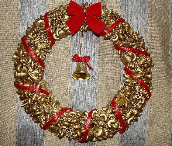 Блестящий рождественский венок из макарон