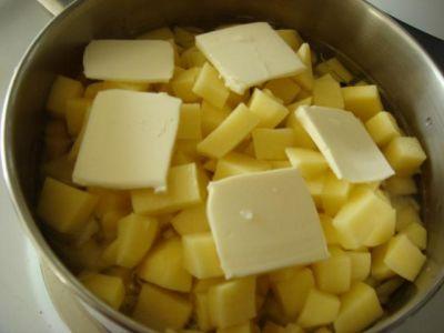 Тушим картофель в кастрюле