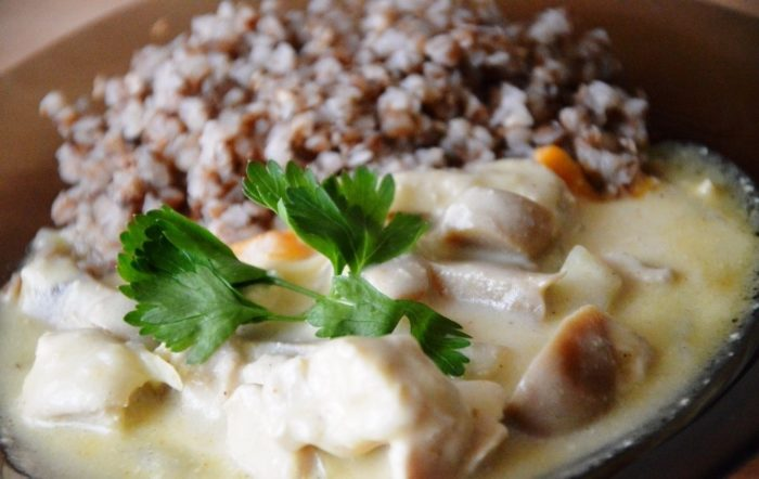 Гречка в сметанно-грибном соусе: вкусный рецепт