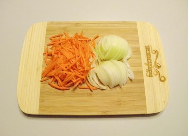 Гречка с курицей в мультирварке: шинкуем морковь и лук