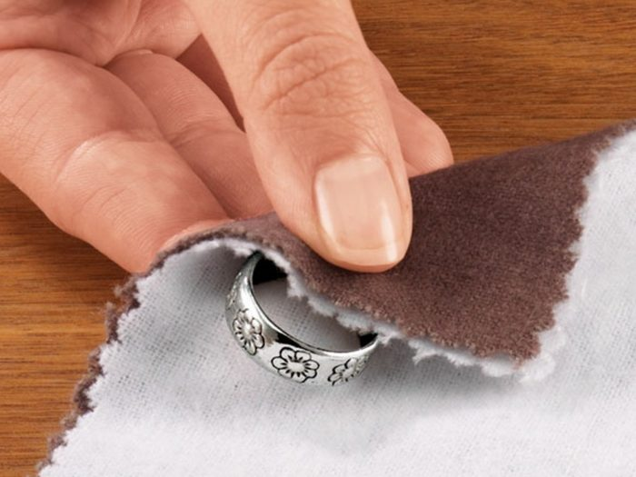 Как почистить серебро специальной салфеткой