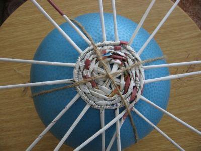 Как сделать шар из газет: мастер-класс 4