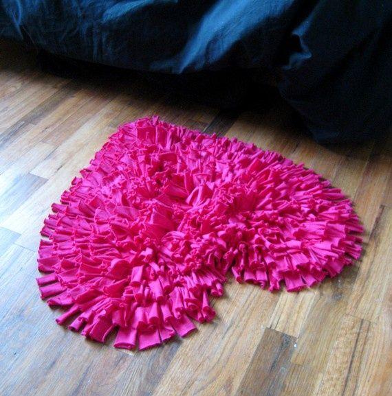 Красивый коврик в форме сердца