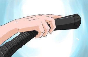 Труба пылесоса в руке