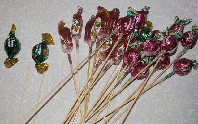 Букеты из конфет своими руками с пошаговыми фото 49