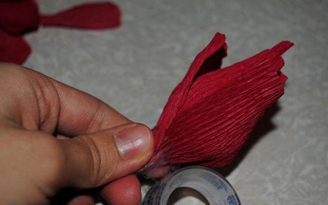 Как сделать розу из конфет и бумаги