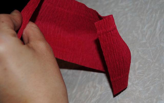 Как сделать букет из конфет: формирование бутона розы