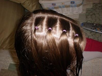 Прическа для девочки из косичек и хвостов 1