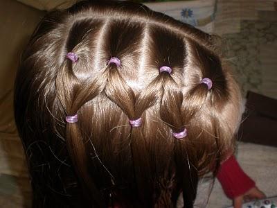 Прическа для девочки из косичек и хвостов 2
