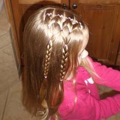 Прическа для девочки из косичек и хвостов 4