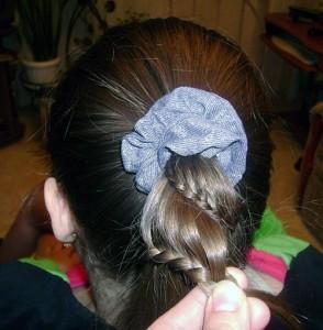 Круговая косичка для девочки: шаг 2
