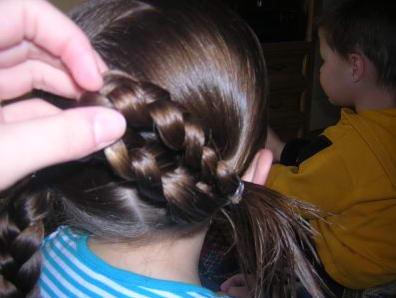 Косичка для девочки: крепим косу