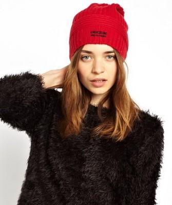 Вязание шапок спицами для женщин: модель 2017 - ярко-красная