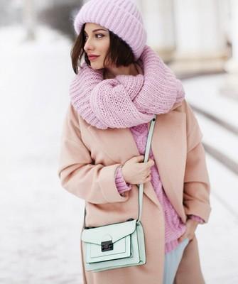 Вязание шапок спицами для женщин: модель 2017 - нежно-розовая