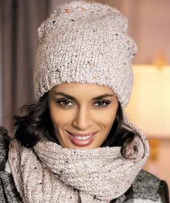 Вязание шапок спицами для женщин: модель 2017: светлая