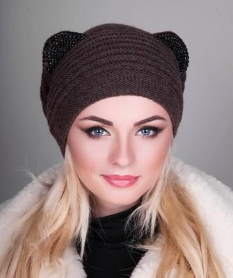 Вязание шапок спицами для женщин: модель 2017: с ушками