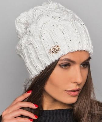 Вязание шапок спицами для женщин: модель 2017 - бежевая с брошью