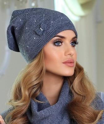 Вязание шапок спицами для женщин: модель 2017 - серая с бантом