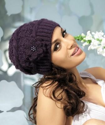 Вязание шапок спицами для женщин: модель 2017 : фиолетовая с цветком