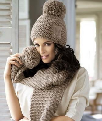 Вязание шапок спицами для женщин: модель 2017 -крупная вязка, беж