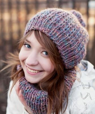 Вязание шапок спицами для женщин: модель 2017: цветная резинка