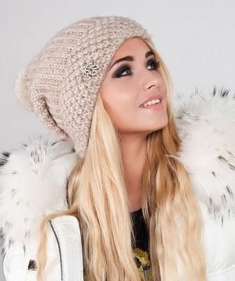 Вязание шапок спицами для женщин: модель 2017 - бежевая шапка