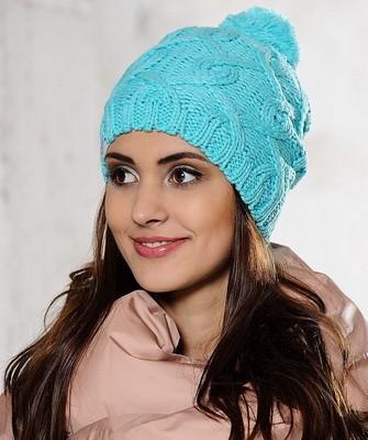 Вязание шапок спицами для женщин: модель 2017: голубая с косичкой