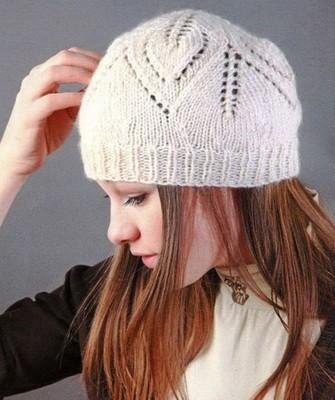 Вязание шапок спицами для женщин: модель 2017: ажурный узор