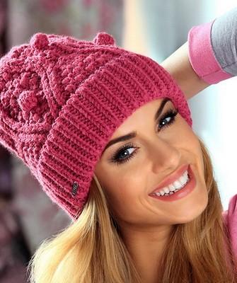 Вязание шапок спицами для женщин: модель 2017 - розовая с шишечками