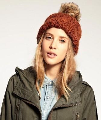 Вязание шапок спицами для женщин: модель 2017: оранжевая с помпоном