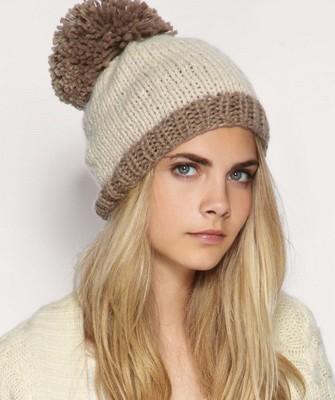 Вязание шапок спицами для женщин: модель 2017: беж, помпон