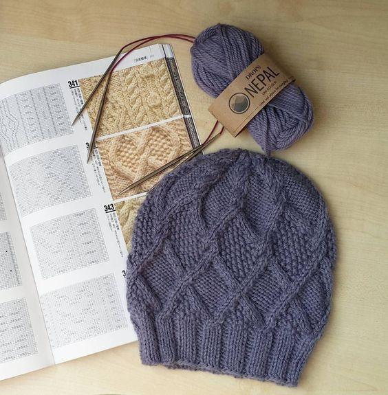 Вязанные шапки спицами для женщин за 50: схема ромбовидного узора