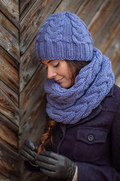 Вязанные шапки спицами для женщин за 50: шапка с косами