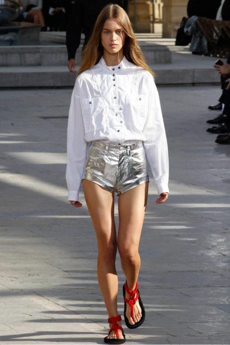 Уличная мода 2017 весна-лето: блестящие шорты