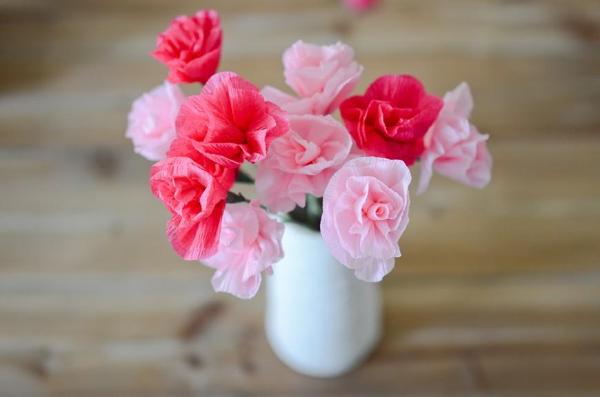 Цветы из гофрированной бумаги в вазе
