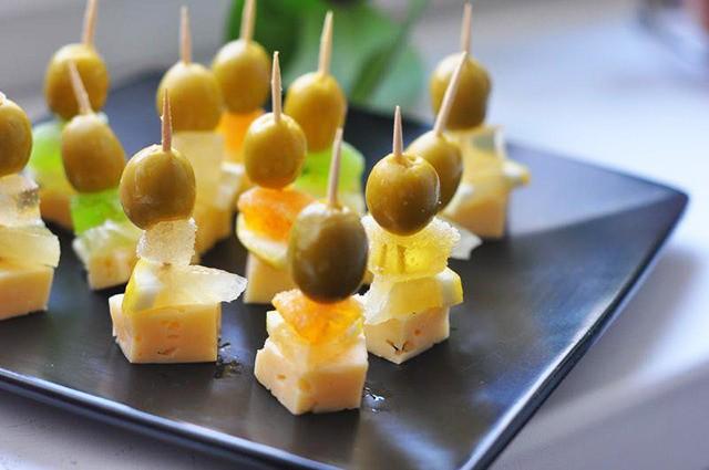 Канапе на шпажках на праздничный стол: с сыром и оливками