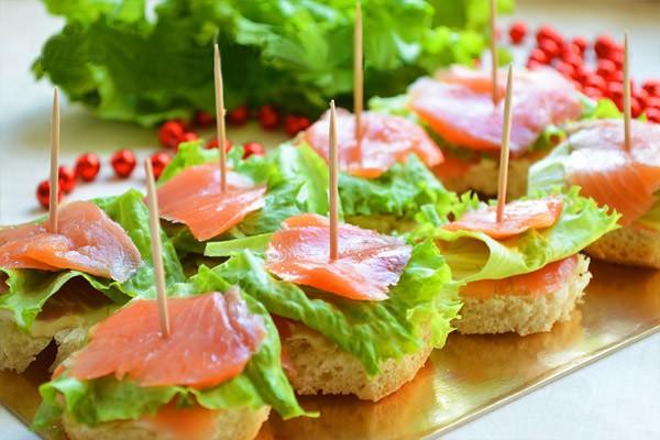Канапе на шпажках на праздничный стол: с рыбой и салатом