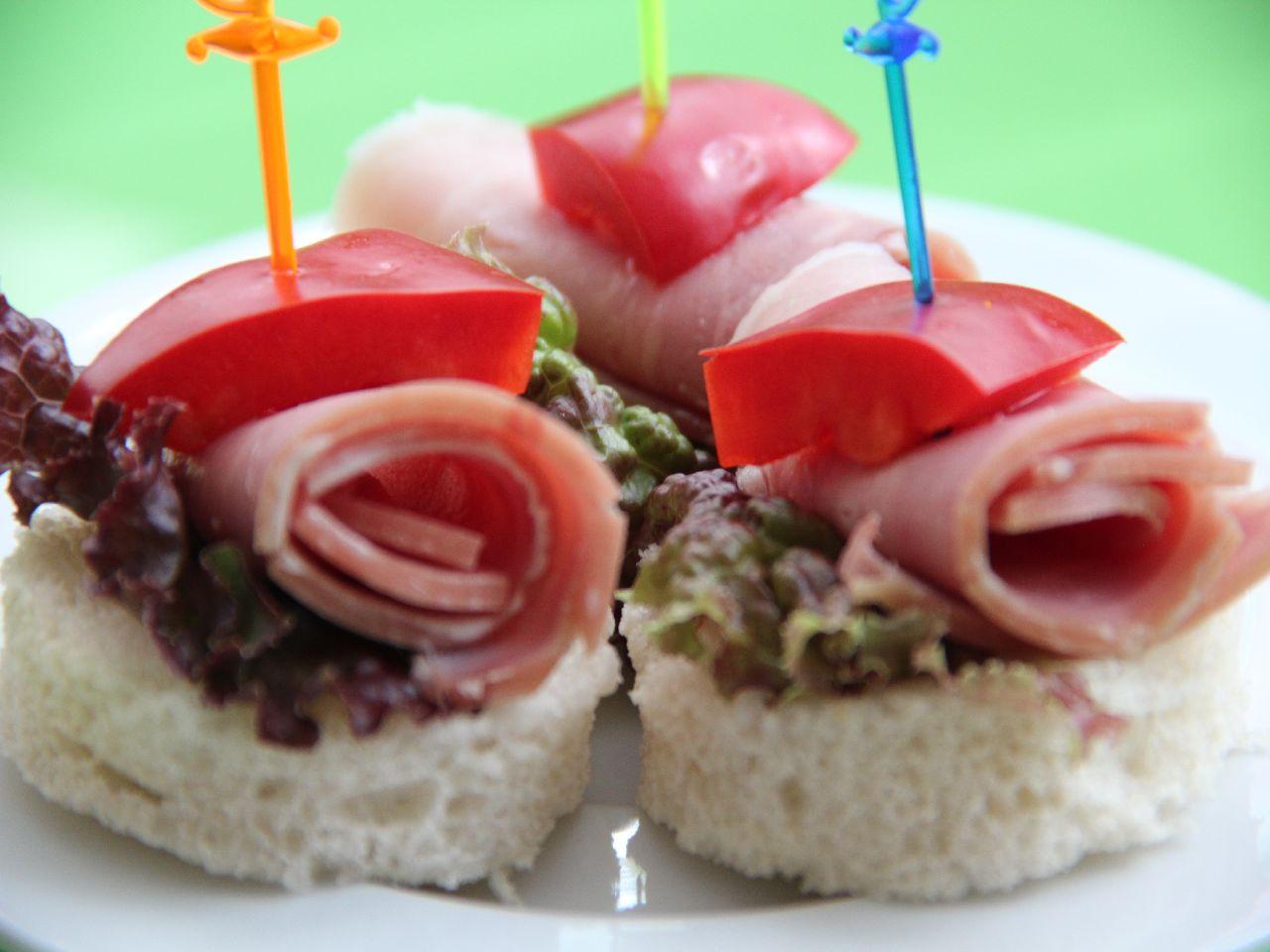 Канапе на шпажках на праздничный стол: с ветчиной и сладким перцем