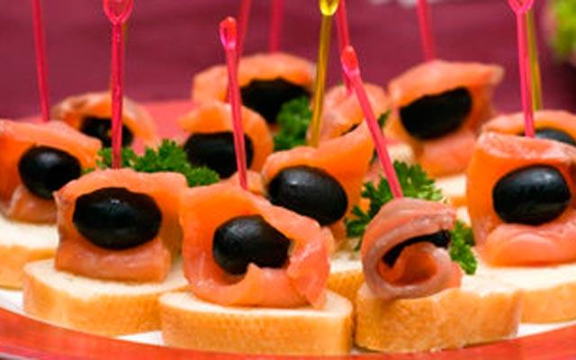 Канапе на шпажках на праздничный стол: с рыбой и маслинами