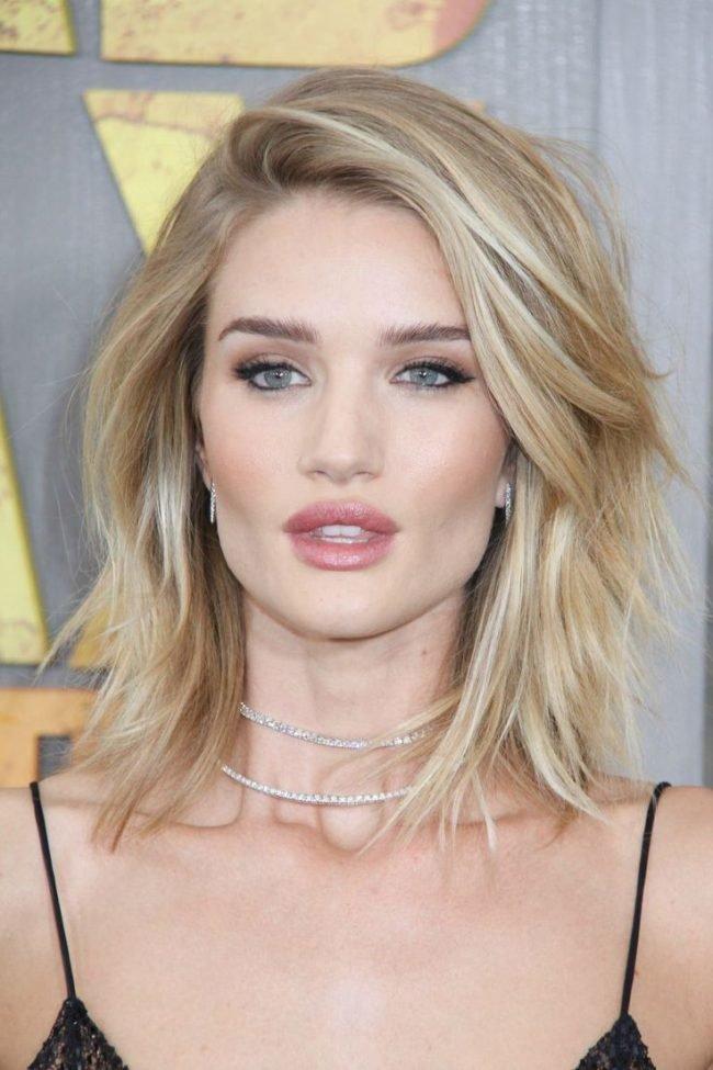 Модные прически 2018 на средние волосы: каре с челкой набок
