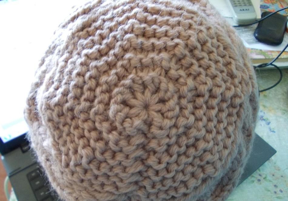 Модная шапка бини спицами: верх шапки