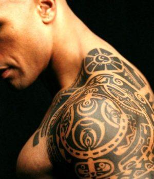 Временное тату на плече у чела