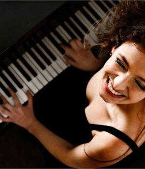 Девушка рубит на пианино